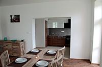 Pohled z obýváku do kuchyně 4