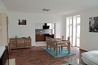 Pohled z obýváku do kuchyně 3