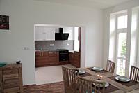 Pohled z obýváku do kuchyně 2