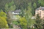celkový pohled na zelený dům a část růžového domu od západu